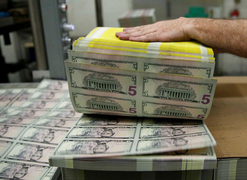 الدولار يعود للواجهة بعد اقرار الولايات المتحدة 900 مليار دولار للتحفيز الاقتصادي